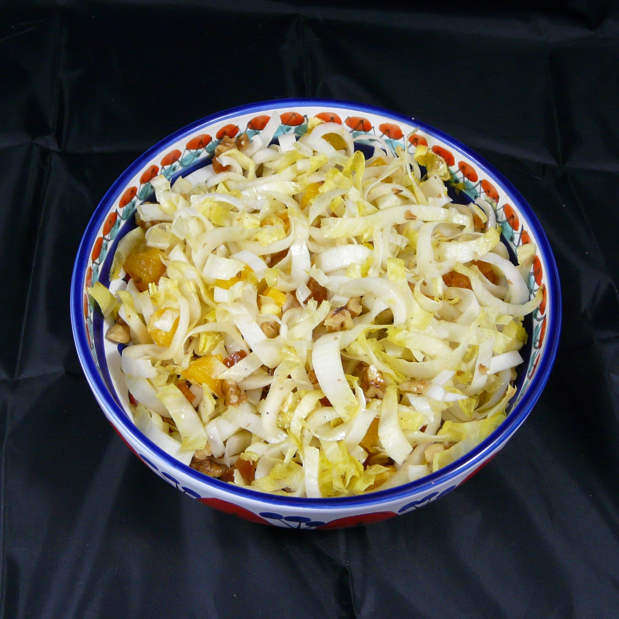 Witlofsalade met sinaasappel, walnoot en gedroogde abrikozen