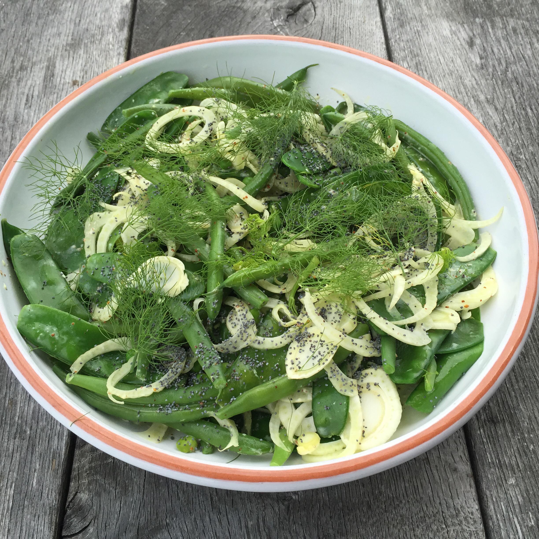 Salade met sperziebonen, peultjes, doperwten en venkel