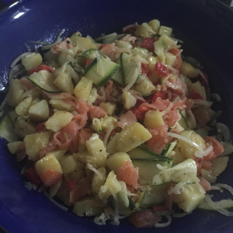 Aardappelsalade met gerookte zalm en gemarineerde courgette