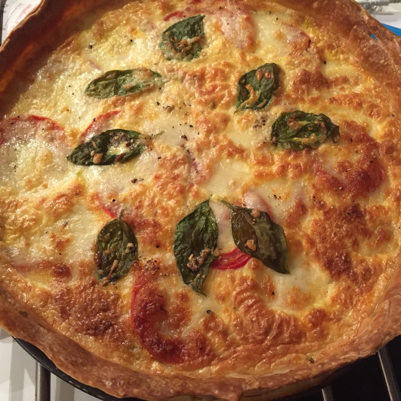 Hartige taart met tomaten, courgette, mozzarella en basilicum