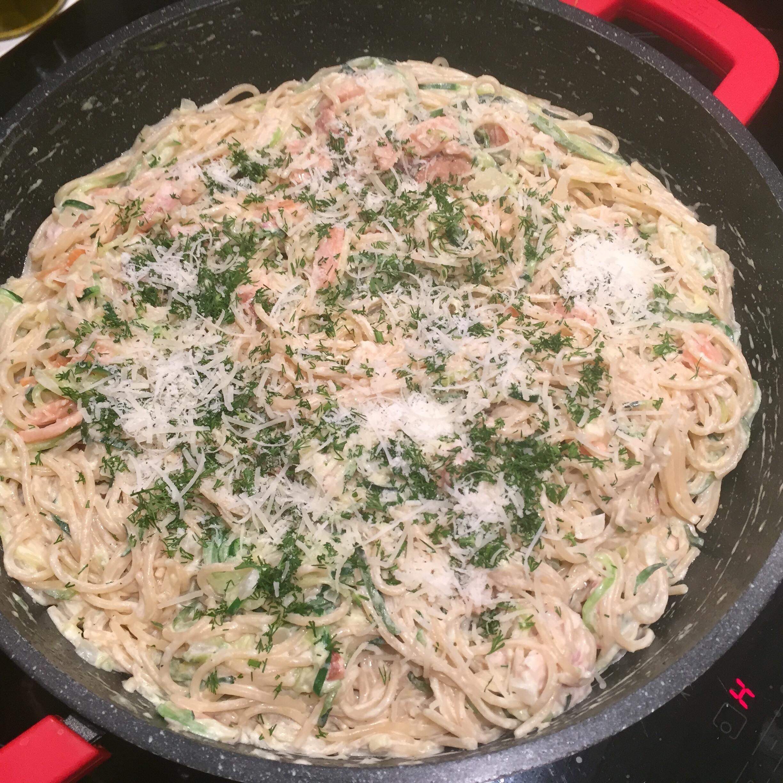 Spaghetti en courgetti met gerookte vis