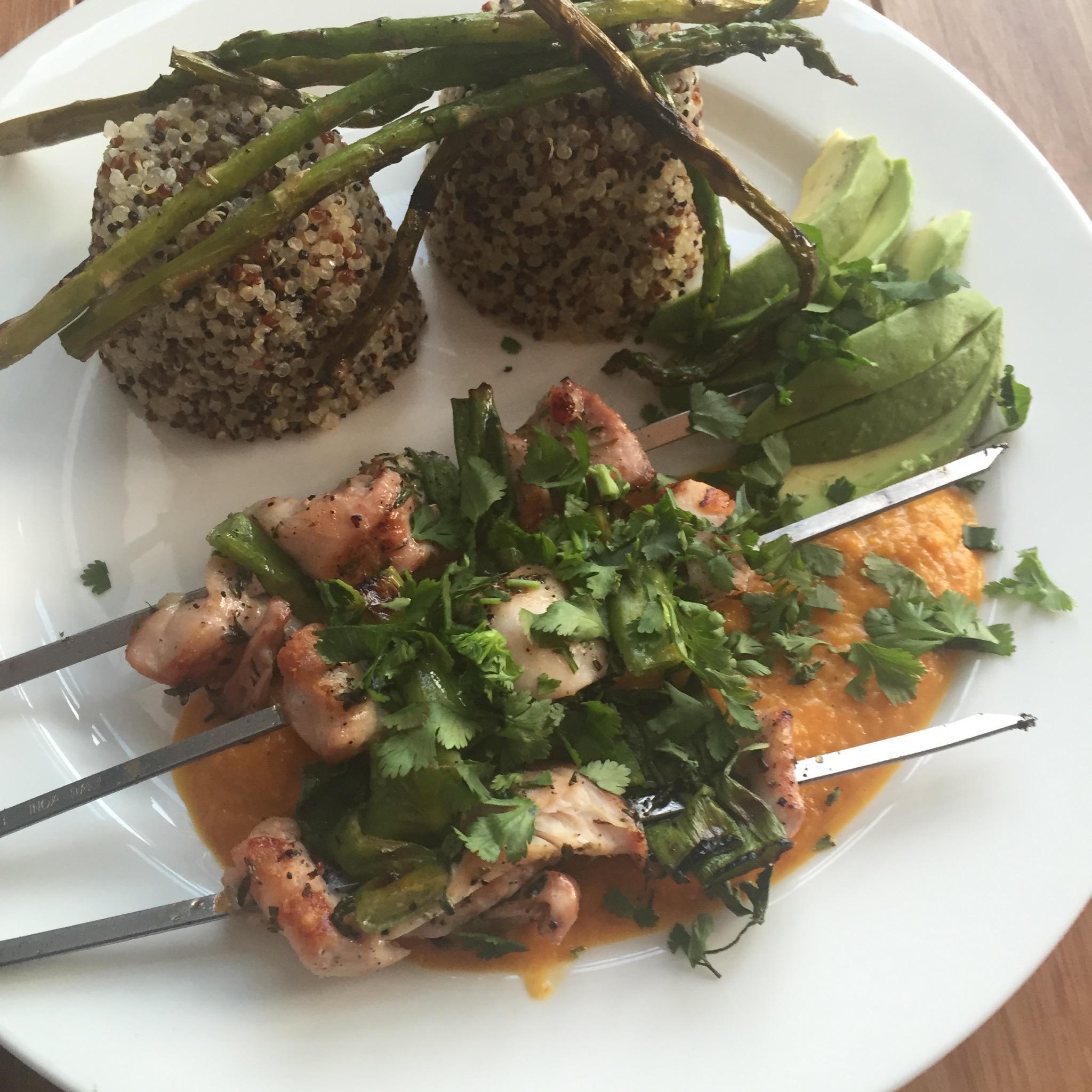 Kipspiesjes met gele-paprikasaus en quinoa