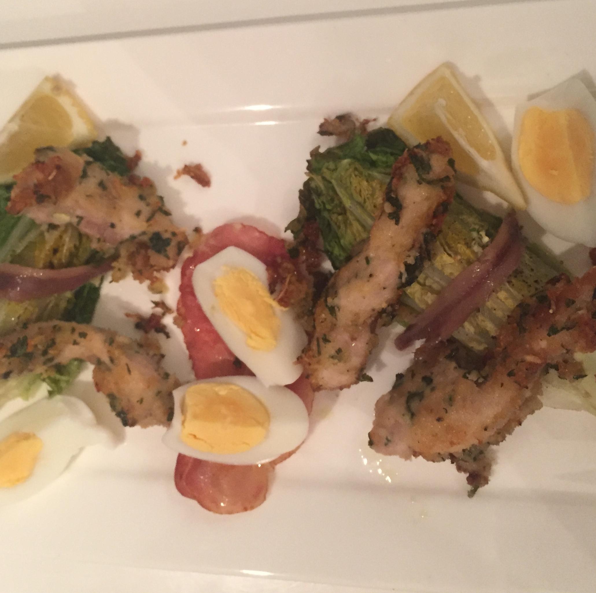 Warme ceasarsalade met kip, eieren, ansjovis en Romaine sla