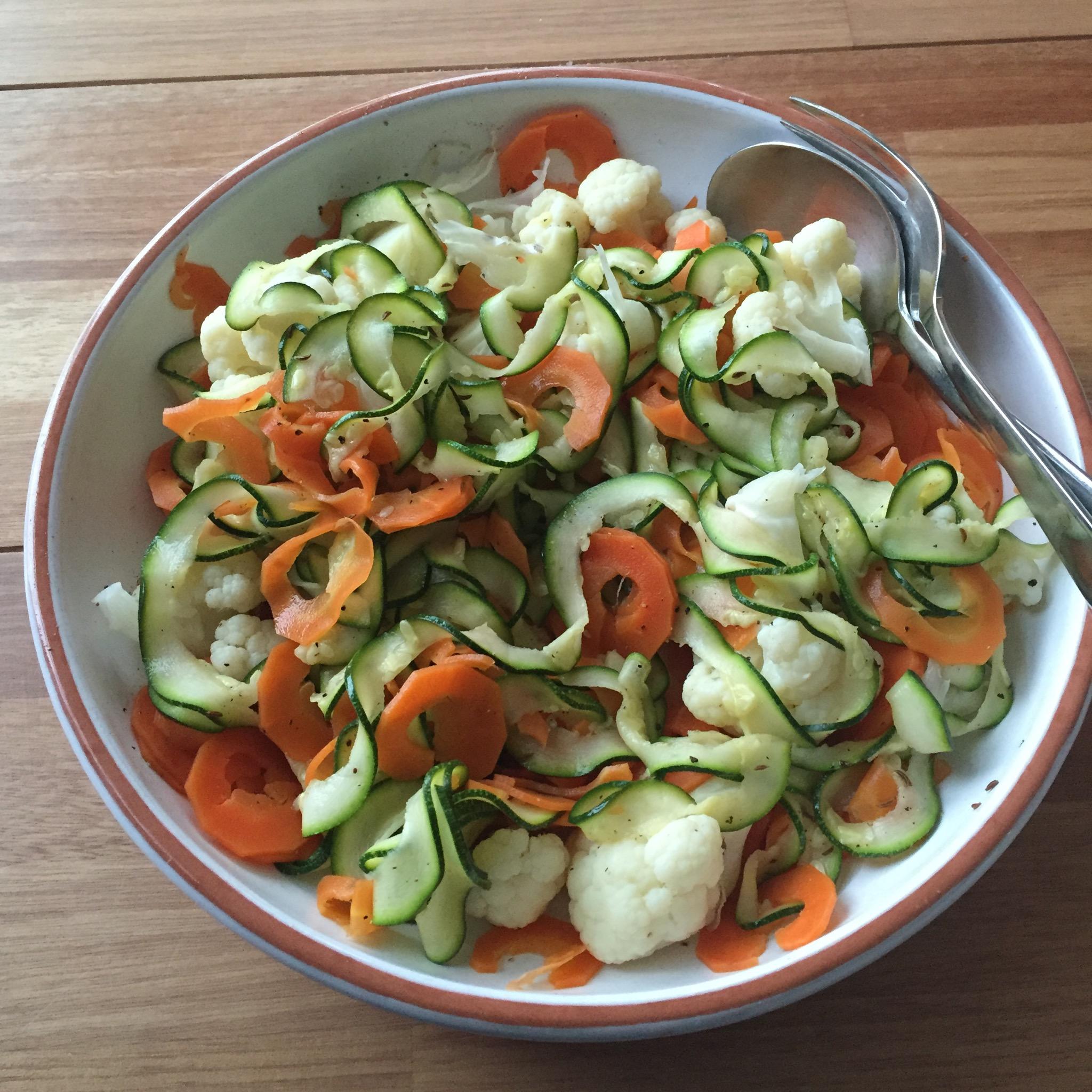 Sliertensalade met courgette, wortel en bloemkool