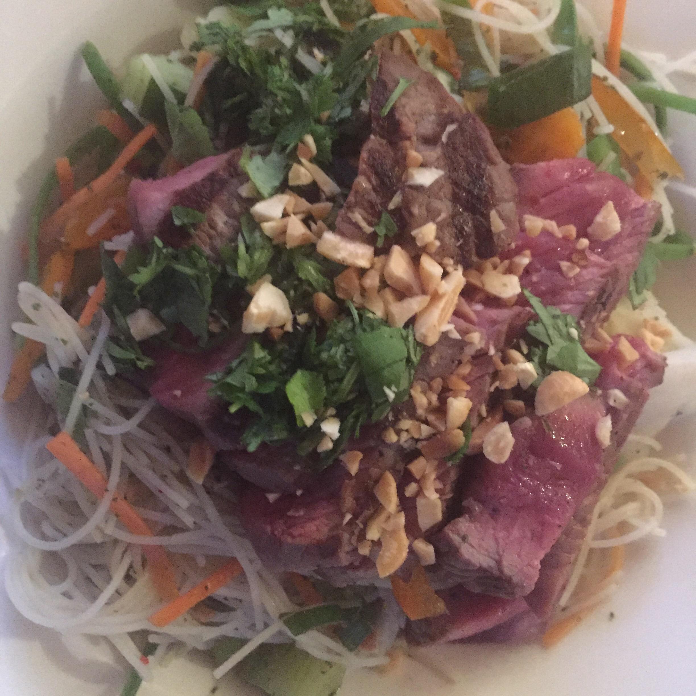 Vietnamese maaltijdsalade met geroosterde biefstuk en pinda's