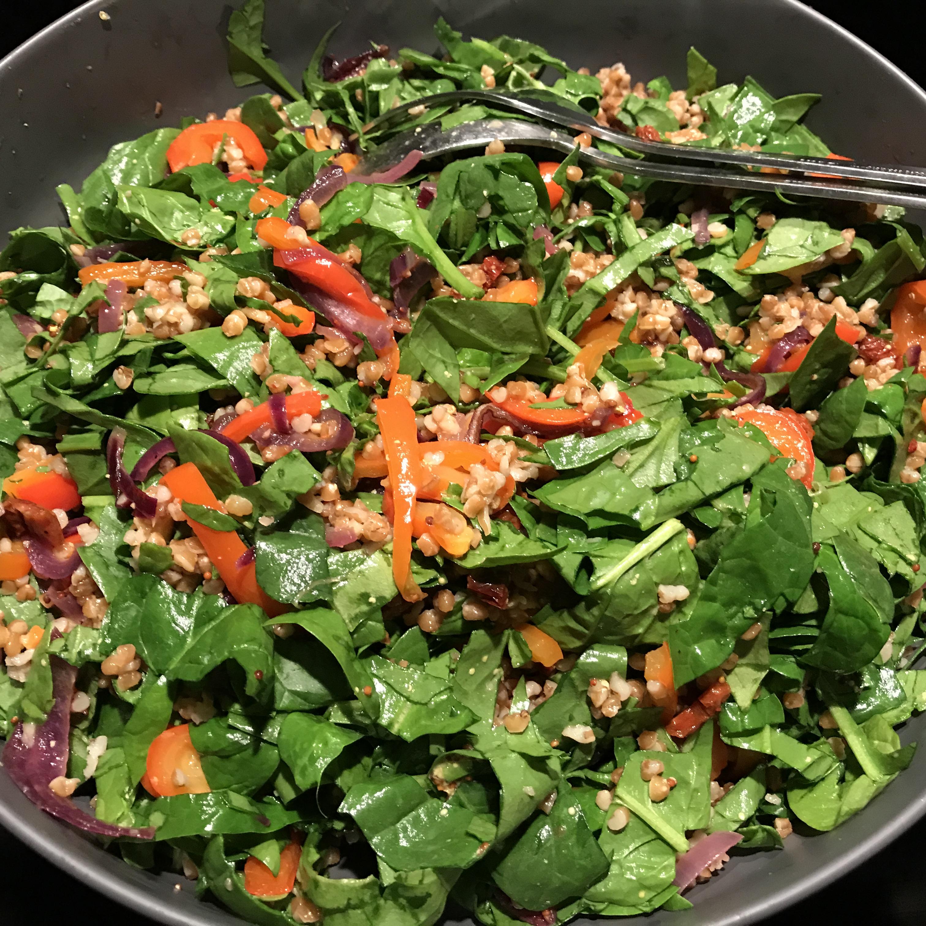 Salade met volkoren bulgur en gegrilde paprika
