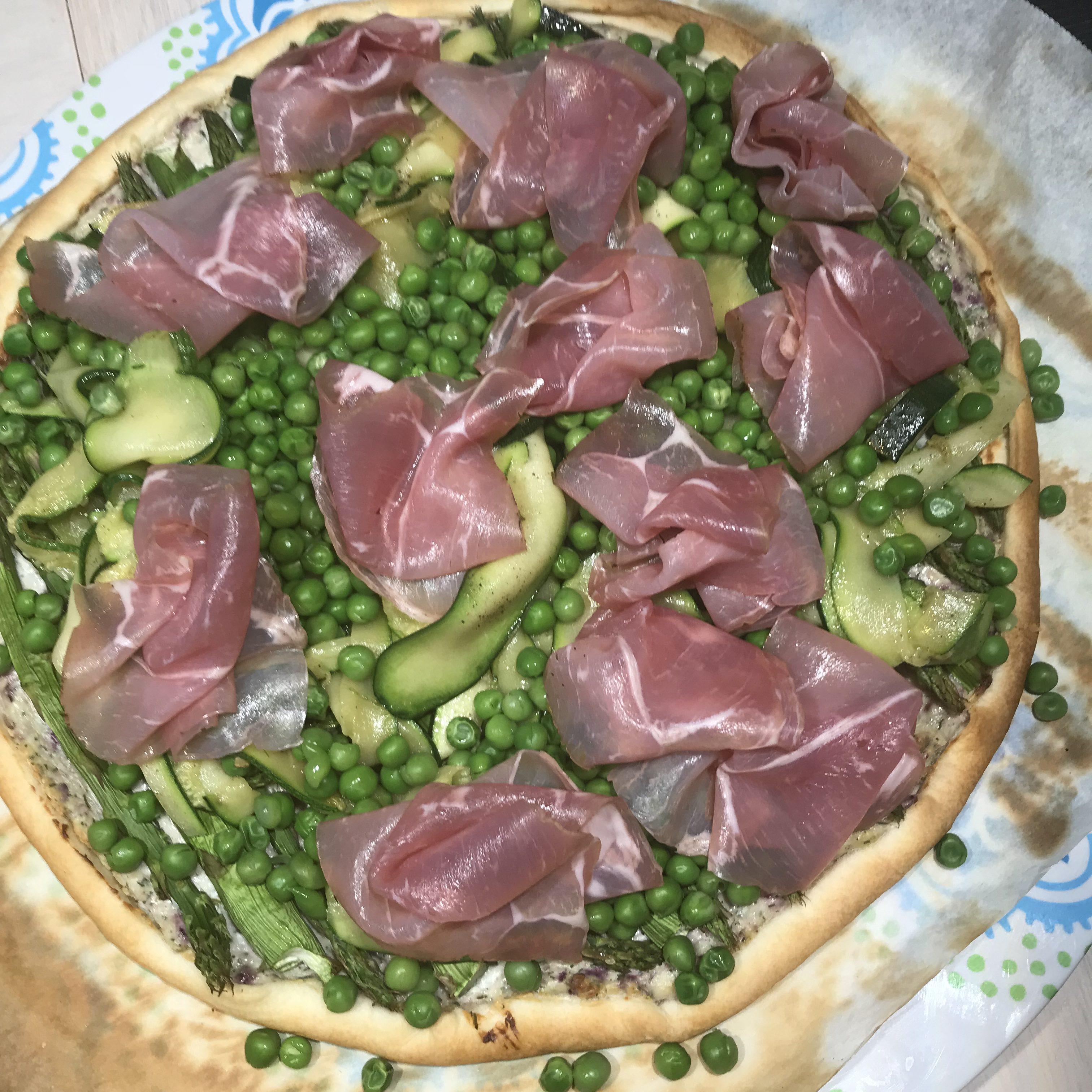 Voorjaarsplaattaart met asperges, courgette, doperwten en rauwe ham