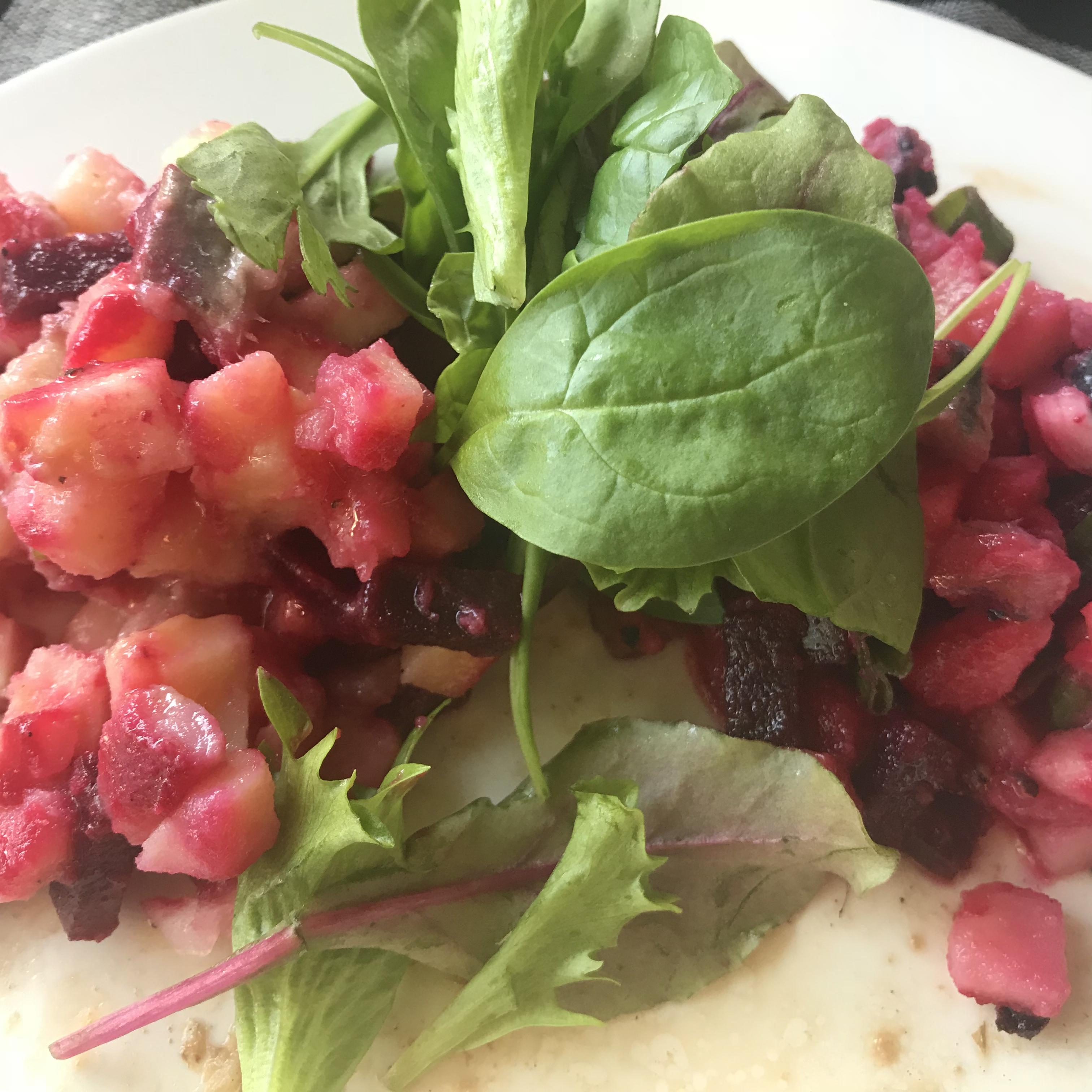 Zweedse aardappelsalade met zure haring en rode bieten