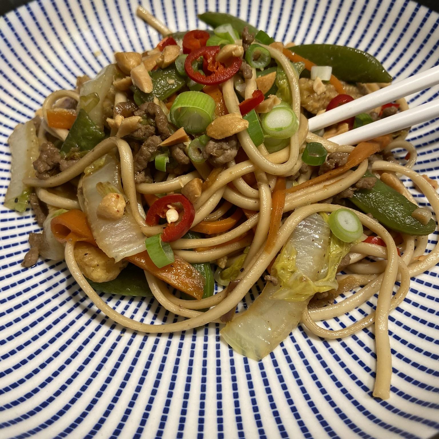 Udon zwarte peper noedels met Chinese kool en gehakt