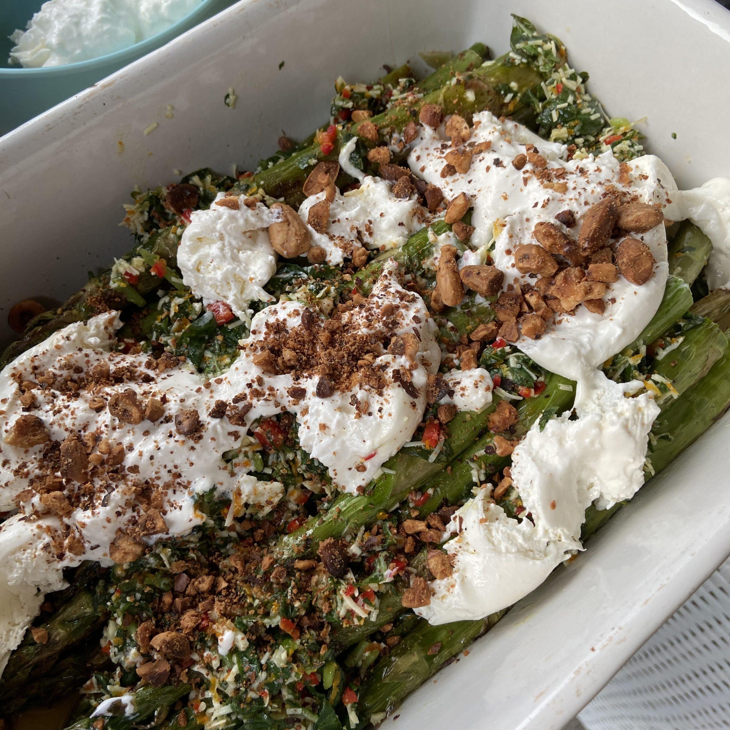 Groene asperges van de barbecue met burrata