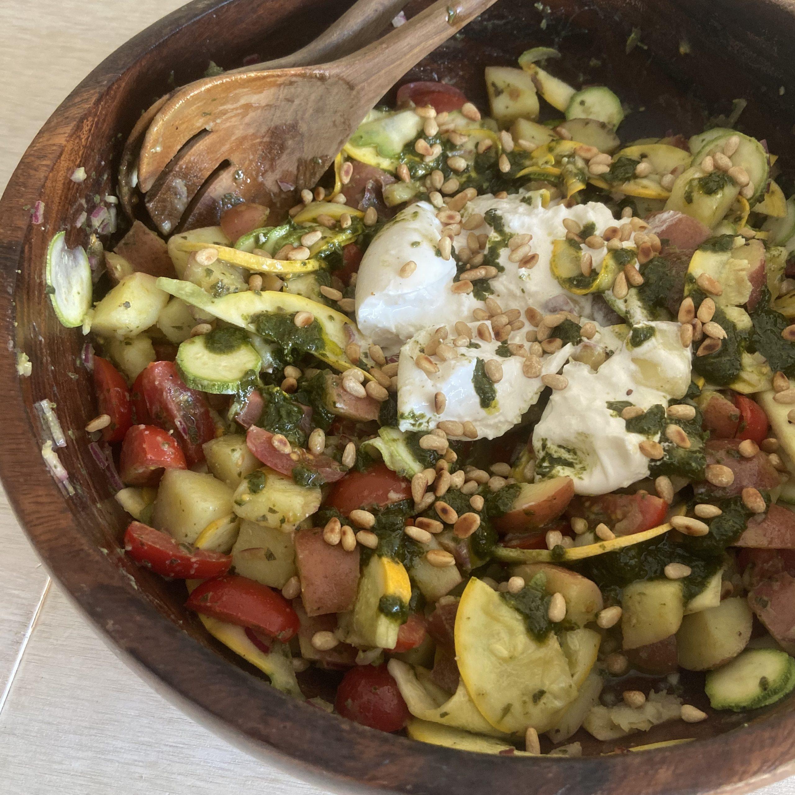 Aardappelsalade met tomaatjes, courgette, burrata en basilicumolie