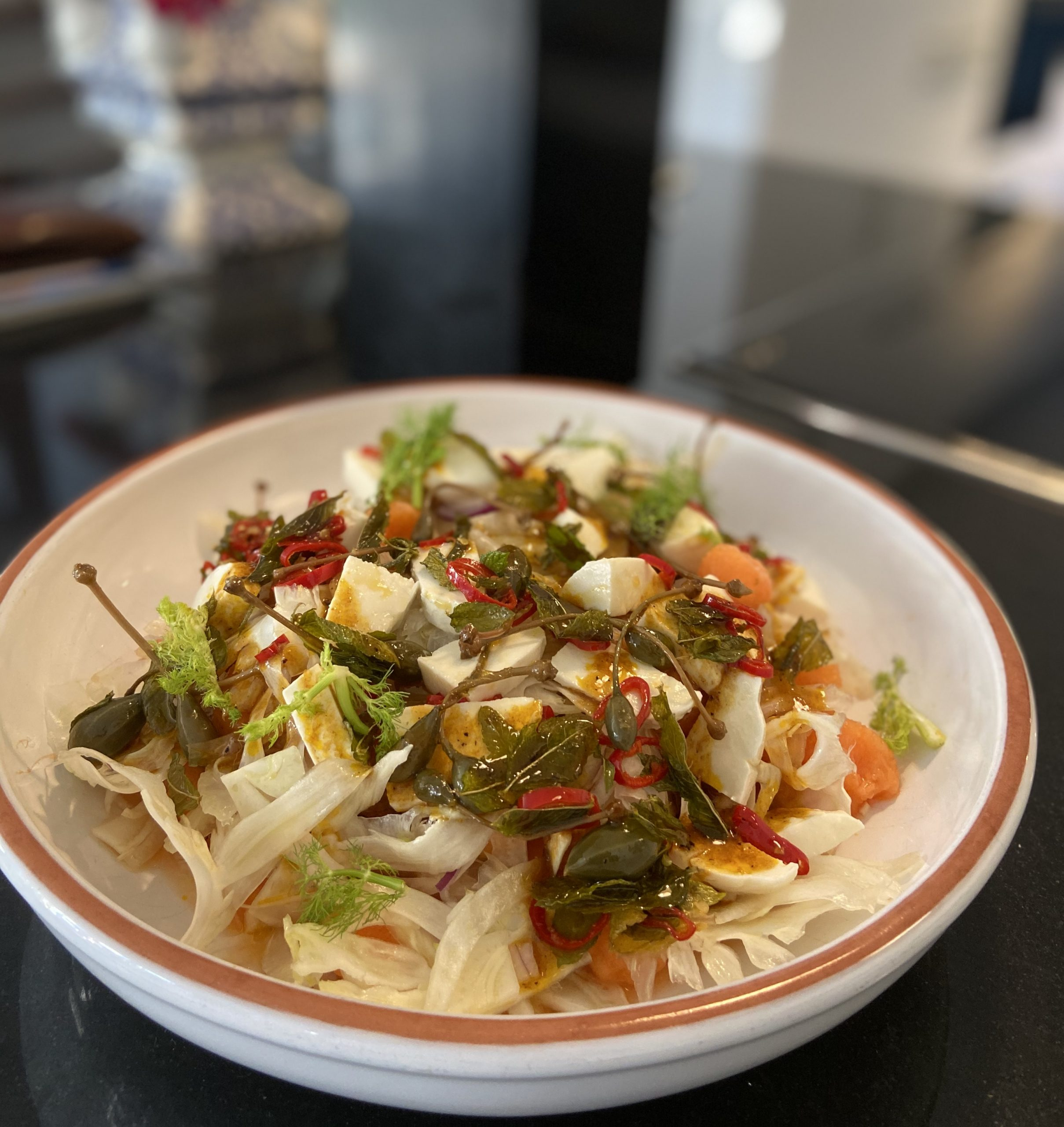 Salade met geschaafde venkel, meloen & mozzarella, knapperige kappertappeltjes, munt & rode pepertjes, sticky balsamicodressing