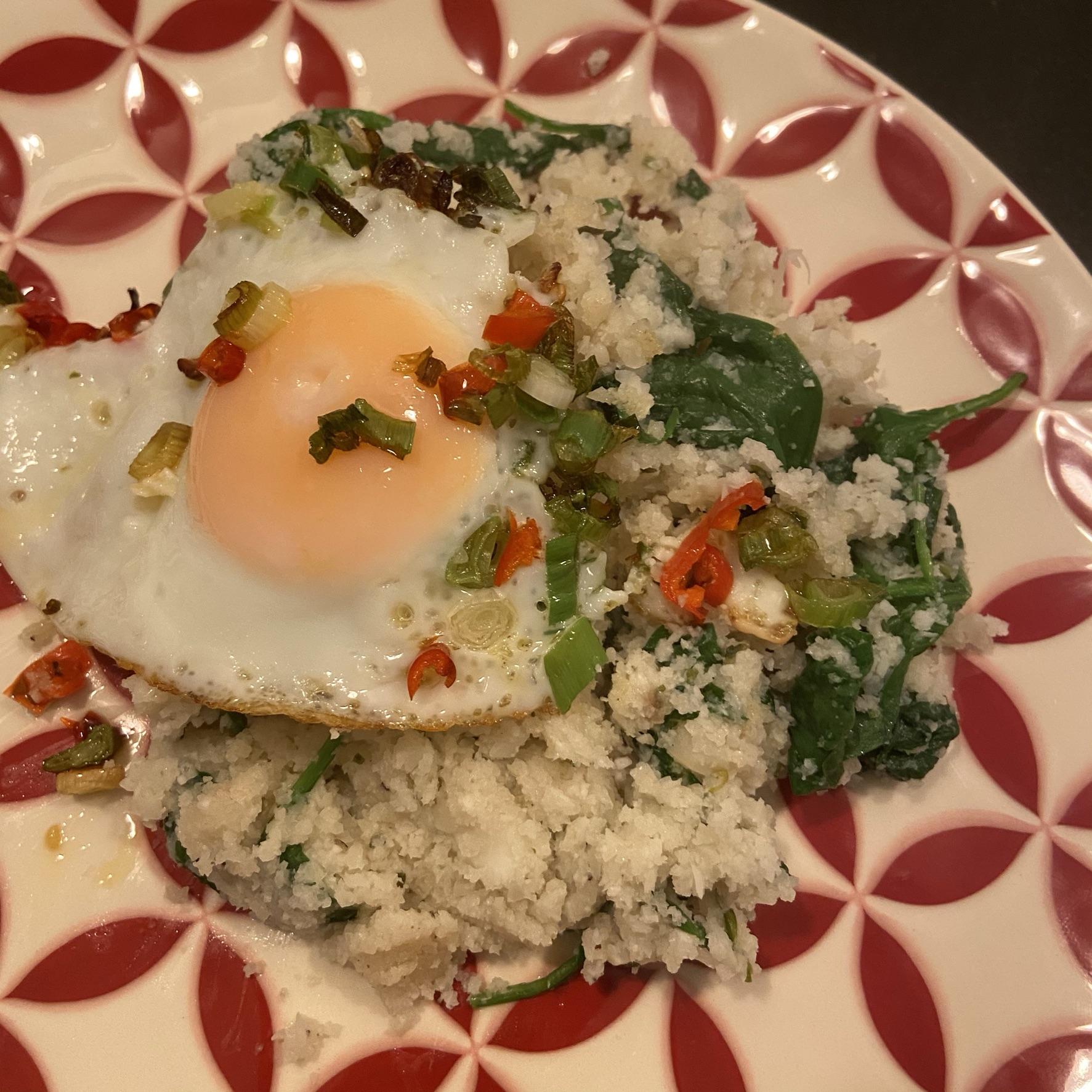 Gebakken bloemkoolrijst met krokante chili-eieren