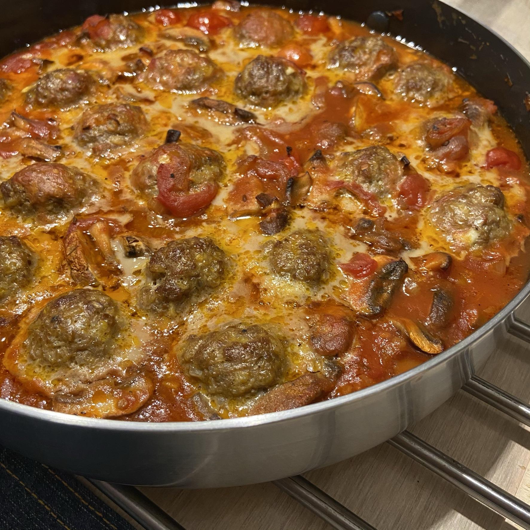Pittige rundergehakt-zilvervliesrijstballetjes in tomaten-champignonsaus